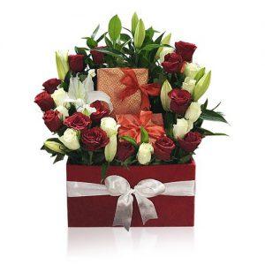 جعبه رز مخملی همراه با گل های نیلوفر