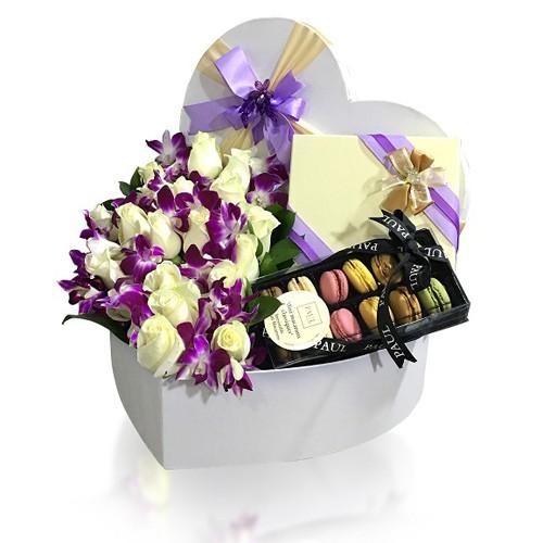 گل ارکیده و رز در جعبه لاکچری قلبی شکل